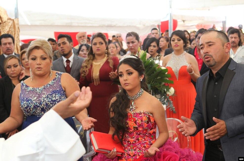 از تولد پانزده سالگی روبی، دختر مکزیکی، همه خبردار شدند. پدر و مادر روبی در شبکه های اجتماعی از مردم دعوت کردند به این جشن تولد بیایند. هزاران نفر به تولد روبی آمدند و یک نفر هم در این هیاهو جان باخت.