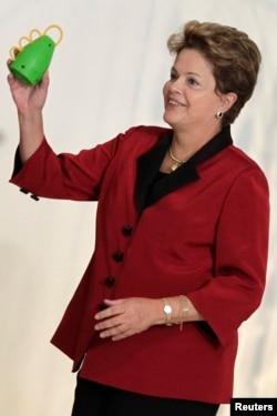 Президент Дилма Русефф, по мнению протестующих, слишком увлеклась играми - футболом и политикой