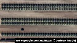 Скопление военной техники вблизи города Каменск-Шахтинский, Ростовская область России (изображение из Google Maps)
