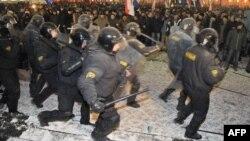 ბელორუსია: პოლიციელები არბევენ მინსკში 2010 წლის 20 დეკემბრის საპროტესტო აქციას