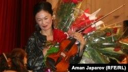 Райхан Айзенхут Бишкектеги концерт учурунда. 31-июль, 2012.