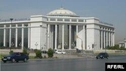 Adalat köşgi, Aşgabat.