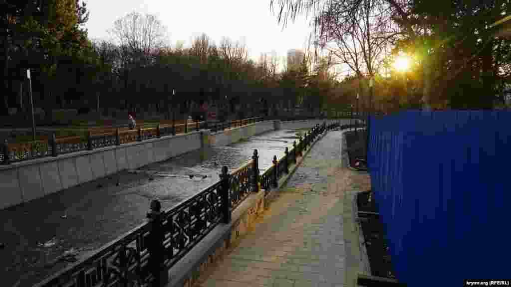 В Симферополе в лучах заходящего солнца завершают реконструкцию набережной Салгира.Перед началом реконструкции генподрядчик, фирма «Агард», обещал завершить все работы к началу осени. Реконструкция началась в конце мая и ее сроки сдвигались дважды
