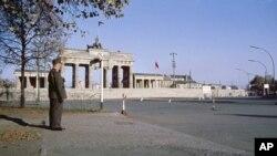 После падения Берлинской стены трасса марафона стала пролегать через Бранденбургские ворота.