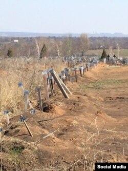 Могили бойовиків на цвинтарі Єнакієва, що з'явились після боїв під Дебальцевим