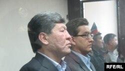 Нурлан Искаков (слева) и Альжан Бралиев (справа) в суде. Астана, 15 октября 2009 года.