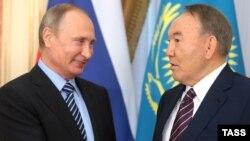 Президент Казахстана Нурсултан Назарбаев (справа) и президент России Владимир Путин.