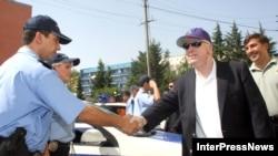 Реформована грузинська поліція зустрічала американського сенатора Джона Маккейна в Тбілісі у серпні 2006 року. Позаду Маккейна – тодішній президент Грузії Міхеїл Саакашвілі