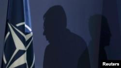 Александр Вучич (точнее, его силуэт) рядом с флагом НАТО
