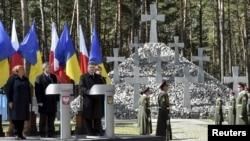 Президенты Польши и Украины на месте массовых захоронений жертв сталинских репрессий