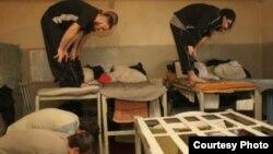 Заключенные совершают молитву в тюремной камере.