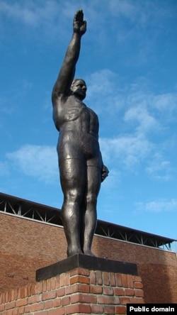 """Олимпийский салют"". Скульптура работы Гра Руэба, Амстердам (1928)"
