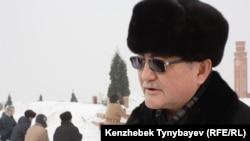 Рысбек Сарсенбай, брат убитого Алтынбека Сарсенбаева, на его могиле. Алматы, 11 февраля 2012 года.