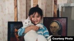 Пятилетняя Гайша Маданова на фоне картин ее отца Галима Маданова. Алматы, 1992 год.