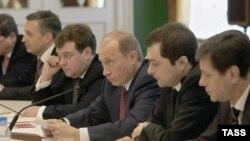 Это не горизонталь, это - вертикаль: Жуков, Сурков, Путин, Медведев (справа налево)