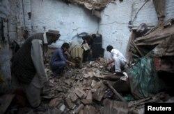 Люди у завалах шукають свої речі, Пакистан, 26 жовтня 2015