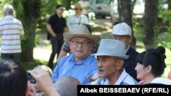 Пенсионеры на митинге против повышения тарифов на коммунальные услуги. Алматы, 15 июня 2013 года.