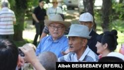 Пенсионеры на митинге против повышения тарифов. Алматы, 15 июня 2013 года.