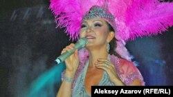 Дарига Назарбаева поет на ретрофестивале «Алма-Ата — моя первая любовь». Алматы, 17 сентября 2011 года.