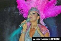 Ретрофестивальде ән айтып тұрған Дариға Назарбаева. Алматы, 17 қыркүйек 2011 жыл.