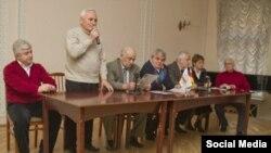 Борис Кочиев (в центре, сидит), фото viktoria-osset.livejournal.com
