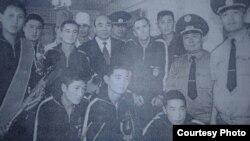 Баткен окуяларынын катышуучулары Кыргызстандын биринчи президенти Аскар Акаев менен.
