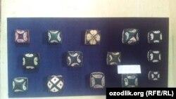 Узбекские тюбетейки, выставленные в Государственном музее прикладного искусства в Ташкенте.