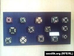 Образцы узбекских тюбетеек в музее прикладного искусства.