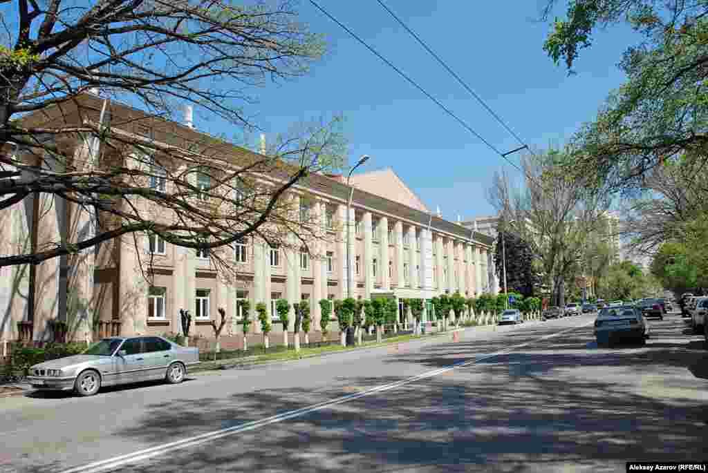 Есть данные, что пленные японцы возводили пристройку к бывшему министерству внутренних дел. Возможно, речь об этом здании на Кабанбай-батыра. Алматы. 23 апреля 2009 года.