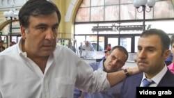 Міхеїл Саакашвілі (л) і Ґіорґі Лорткіпанідзе (п) в Одесі, відеокадр 16 червня 2015 року