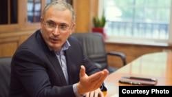 Підприємець, суспільний і політичний діяч Михайло Ходорковський. Одразу після звільнення із російської в'язниці у грудні 2013 року виїхав на Захід.