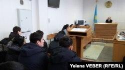 Судебное заседание по делу бывших полицейских, которые обвиняются в мошенничестве. Темиртау, 19 ноября 2015 года.