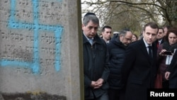 Президент Емманюель Макрон після інциденту відвідав цвинтар