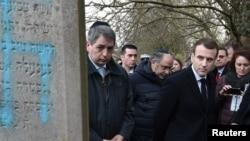 Эммануэль Макрон посетил осквернённое еврейское кладбище в селении Катценхайм, 19 февраля 2019 года
