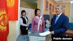 Президент Киргизии Алмазбек Атамбаев голосует на выборах главы государства 15 октября 2017 года