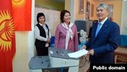 Нынешний глава Кыргызстана Алмазбек Атамбаев голосует на выборах
