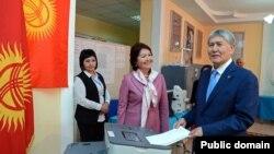 Президент Киргизии Алмазбек Атамбаев голосует на выборах президента 15 октября 2017 года