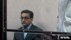 Бывший вице-министр охраны окружающей среды Альжан Бралиев на скамье подсудимых. Астана, 28 сентября 2009 года.