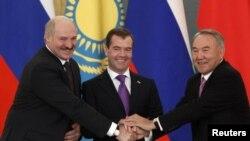 Alyaksandr Lukaşenka (stânga), Dmitri Medvedev (centru) şi Nursultan Nazarbaev la reuniunea de lansare a proiectului uniunii eurasiatice, 18 noiembrie 2011.