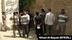 مواطنون امام مكتب مفوضية الانتخابات في كركوك.