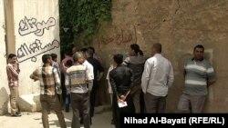 مواطنون امام مكتب مفوضية الانتخابات في كركوك يسألون عن بطاقاتهم