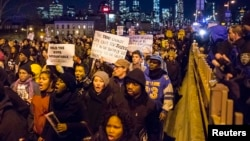 Массовые протесты в Нью-Йорке после решения присяжных не предъявлять обвинений нью-йоркскому полицейскому за смерть афроамериканца. 4 декабря 2014 года.