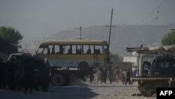 Кабулдегі жарылыс болған жерден шағын автобусты әкетіп барады. Ауғанстан, 20 маусым 2016 жыл.