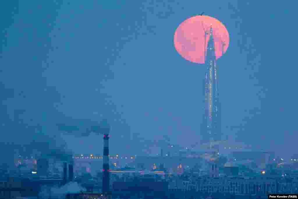 Pamje mahnitëse e hënës së kuqe mbi kullën e Qendrës Lakhta, e cila është në ndërtim e sipër në Shën Petersburg, Rusi.