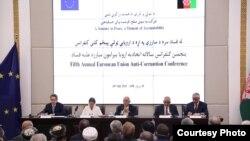 (راست به چپ) فرید حمیدی لوی سارنوال، محمد یوسف حلیم قاضیالقضات، محمد اشرف غنی رئیس جمهور، بی بی گل غنی بانوی اول، پیری میاودون سفیر اتحادیه اروپا برای افغانستان