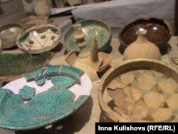 Посуда XII века. Слева - импорт из Ирана, справа грузинское.