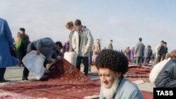 Aşgabatdaky haly bazary. 1994.