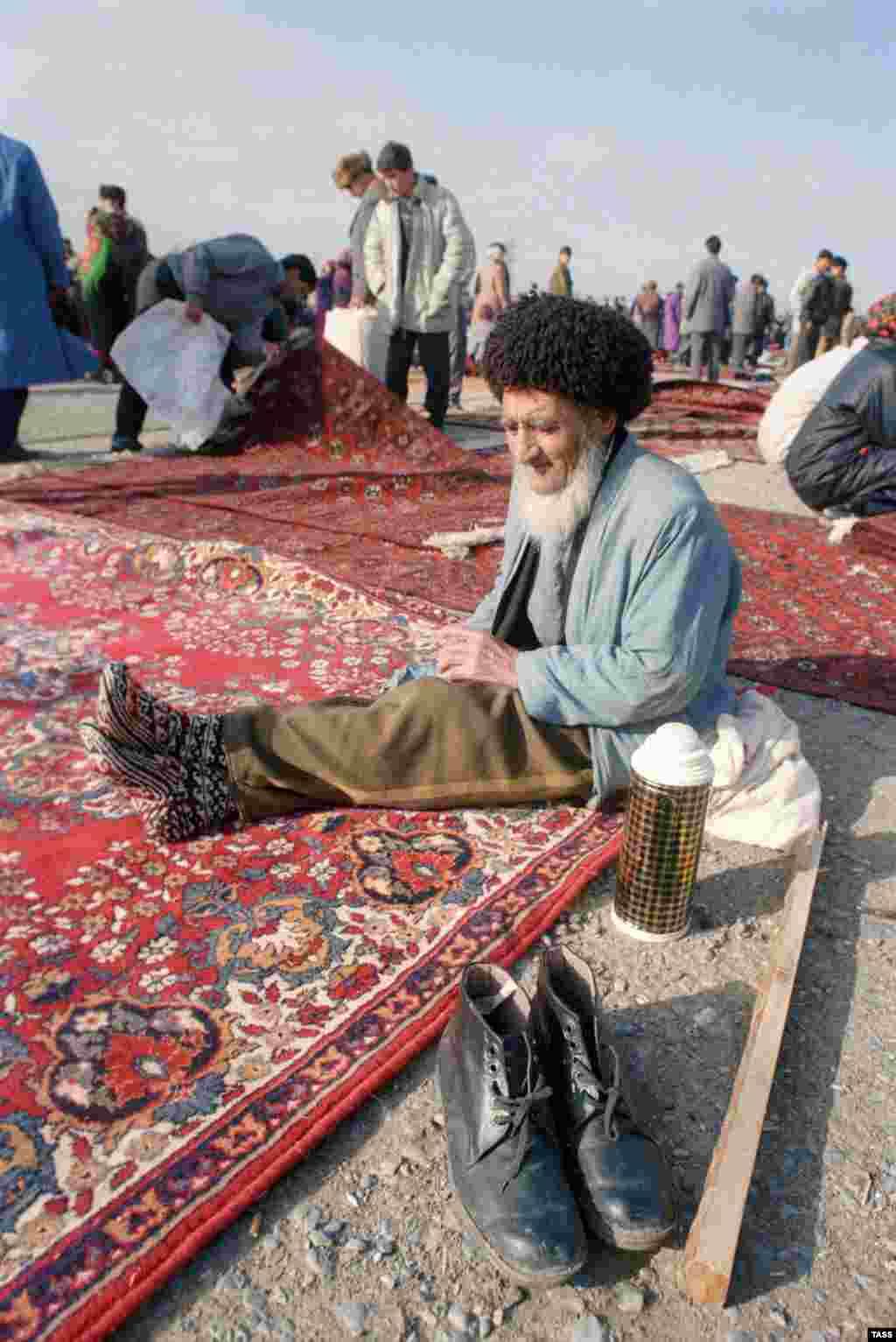 """В Туркменистане ковер - национальное достояние. По всей стране раскиданы рынки, где их продают На фото - """"блошинный рынок"""" в окрестностях Ашхабада"""