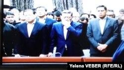Бывший премьер-министр Казахстана Серик Ахметов (в центре) слушает приговор по своему уголовному делу. Фото с монитора из пресс-комнаты суда. Караганда, 11 декабря 2015 года.