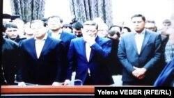 Қазақстанның бұрынғы премьер-министрі Серік Ахметов (ортада) үкімді естіп тұр. Қарағанды, 11 желтоқсан 2015 жыл.